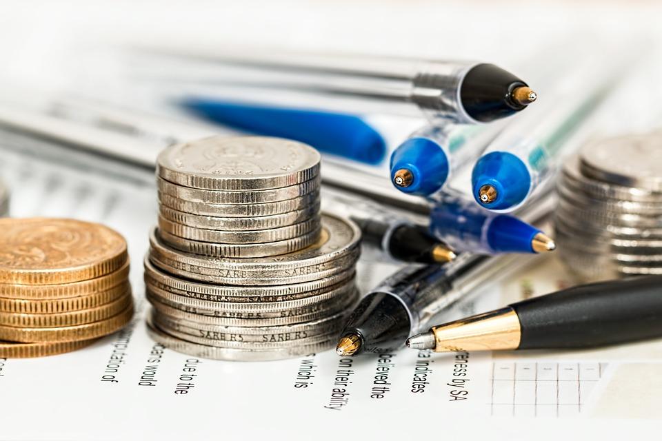 """אם אתם מרגישים שהכסף שלכם לא מנוהל וסתם יושב לו בבנק, כנראה שאתם צריכים בית השקעות שיעזור לכם להניב ממנו תשואות. בתי השקעות בישראל בד""""כ ירכיבו לכם תיק שעשוי מלא מעט מכשירים פיננסיים (כליםשאמורים לייצר לכם כסף), כאשר הפופולארי שבהם בקרב גורמים מוסדיים הינה קרן נאמנות או קרן השתלמות. מהי קרן השתלמות? קרן נאמנות היא סוג של מוצר השקעה שבו כספים של משקיעים רבים נאגרים למוצר השקעה. לאחר מכן הקרן מתמקדת את השימוש בנכסים אלה בהשקעה בקבוצת נכסים כדי להגיע למטרות ההשקעה של הקרן. ישנם סוגים רבים ושונים של קרנות נאמנות. עבור חלק מהמשקיעים, המרחב העצום הזה של מוצרים זמינים עשוי להיראות מרתיע במקצת. אך זהו האיזן בין כח של קבוצה לבין כח של יחיד. זיהוי מטרות והערכת סיכונים לפני שאתם משקיעים בקרן כלשהי, עליכם קודם לזהות את מטרותיכם להשקעה. האם רווחי ההון האובייקטיביים שלכם לטווח ארוך, או שההכנסה השוטפת חשובה יותר? האם הכסף ישמש לתשלום הוצאות מכללה או למימון פרישה שנמצאת במרחק עשרות שנים? כדאי גם לשקול סובלנות אישית לסיכונים. האם אתה יכול לקבל שינויים דרמטיים בערך התיק? או, האם השקעה שמרנית יותר מתאימה יותר? הסיכון והתשואה הינם פרופורציונליים ישירות, לכן עליך לאזן בין הרצון שלך להחזר לבין היכולת שלך לסבול סיכונים. לבסוף, יש להתייחס לאופק הזמן הרצוי. כמה זמן תרצה להחזיק את ההשקעה? האם אתה צופה חששות נזילות בעתיד הקרוב? לקרנות הנאמנות יש דמי מכירה, וזה יכול לקחת ביס גדול מהתשואה שלך בטווח הקצר. כדי לצמצם את ההשפעה של חיובים אלה, אופק השקעות של חמש שנים ויותר הוא סביר. ניהול פסיבי את מול ניהול אקטיבי עליך להגדיר אם אתה רוצה קרן נאמנות המנוהלת באופן פעיל או פסיבי. בקרנות המנוהלות באופן פעיל ישנם מנהלי תיקים המחליטים לגבי ניירות הערך ונכסים עליהם לכלול בקרן. המנהלים עורכים מחקר רב על נכסים ומתחשבים במגזרים, יסודות החברה, מגמות כלכליות וגורמי מאקרו כלכליים בעת קבלת החלטות השקעה. גודל קרן ההשקעה וכח הקניה שלה אכן, כמו בכל דבר,גם כח הקניה מהווה משקל, קרן שמנהל 300 מיליארד דולר, לא תקבל תנאים כמו קרן שמנהלת 100 מיליארד דולר, וכך הלאה והלאה. קרנות יכולות גם להשקיע בחוזים עתידיים הון עתק כאשר הן מאפשרות לחברות מסויימות להתפתח בתקווה שעפ""""י אנליזות התפתחות השקעותיהם בתחברה תניב רווח יפה בעתיד. ככ"""